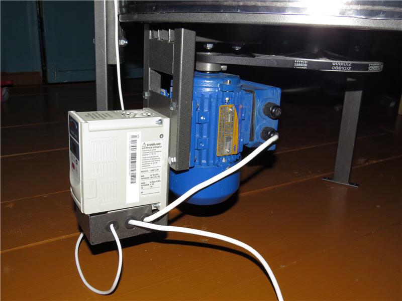 Электропривод крепится под баком медогонки