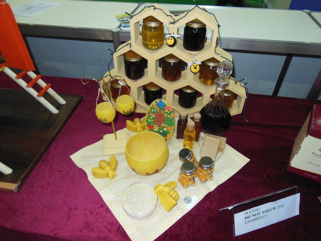 Декорированная выкладка продуктов пчеловодства